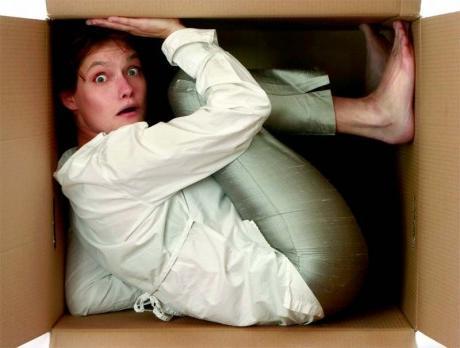 Девушка прячется в коробке