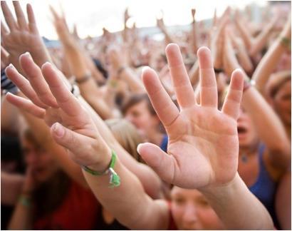 Люди подняли руки вверх