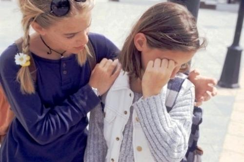 Девушка успокаивает подругу
