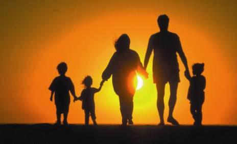 Радостная семья на закате