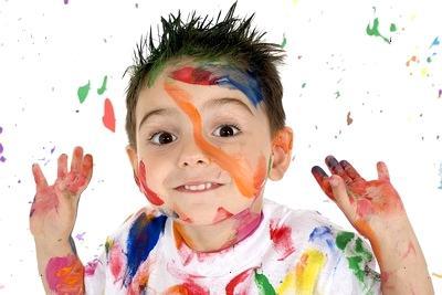 Малыш испачкался в красках