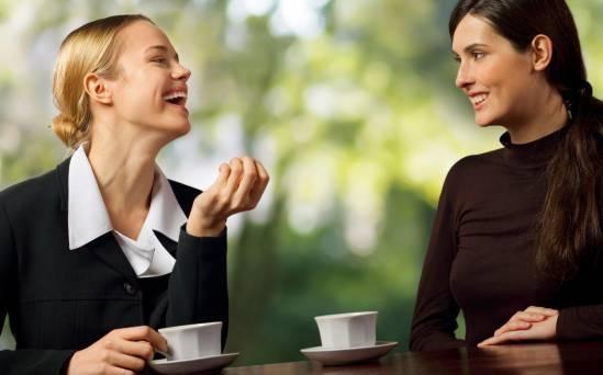 Люди общаются за чашкой чая