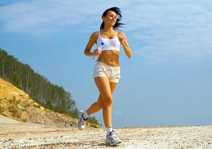 Спортивная девушка бегает