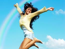 Радостная девушка прыгает