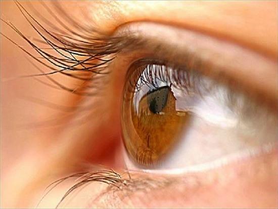 Женский глаз крупным планом