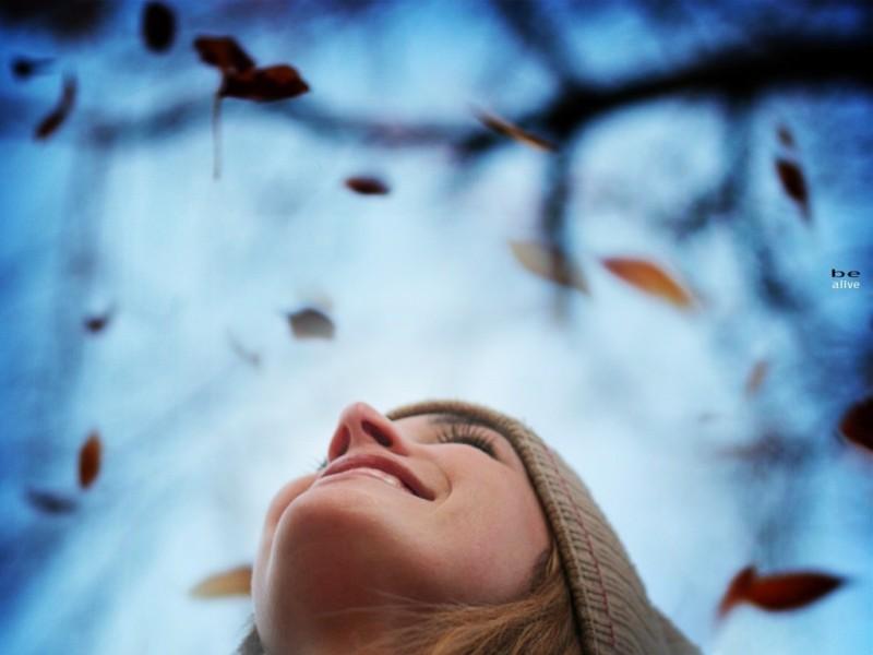 Девушка радуется осени