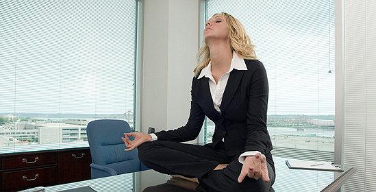 Девушка медитирует и расслабляется