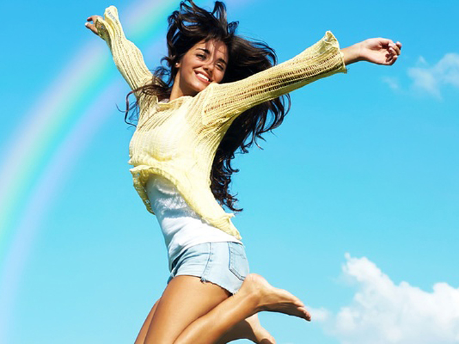 Веселая девушка прыгает от счастья