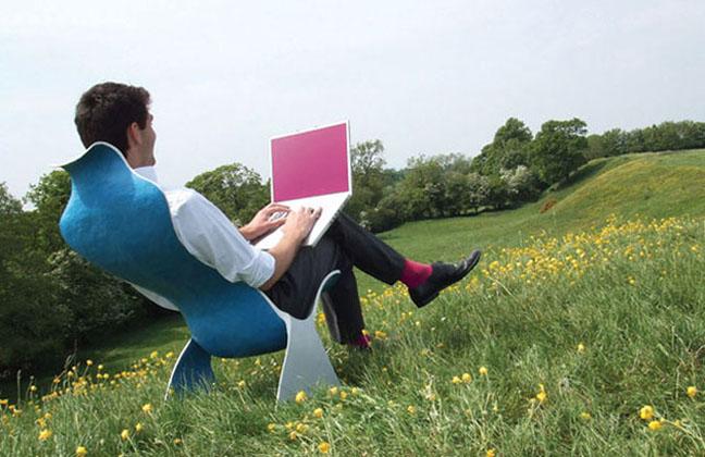Мужчина с ноутбуком в поле