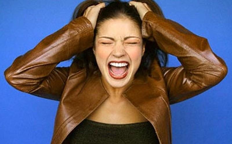 Девушка раздраженно кричит