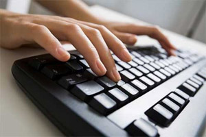 Быстро печатает на клавиатуре