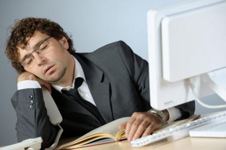 Мужчина заснул на работе