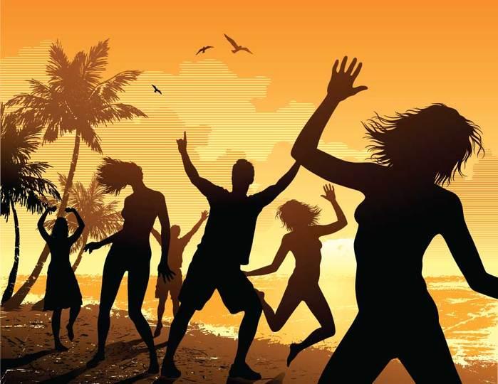 Радостные друзья танцуют на пляже