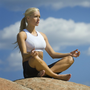 Спокойная девушка отдыхает и медитирует