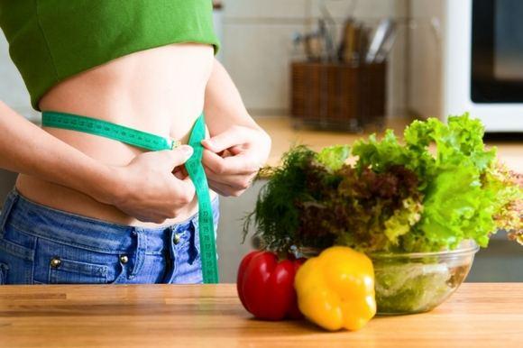 Правильное питание, девушка измеряет размер талии