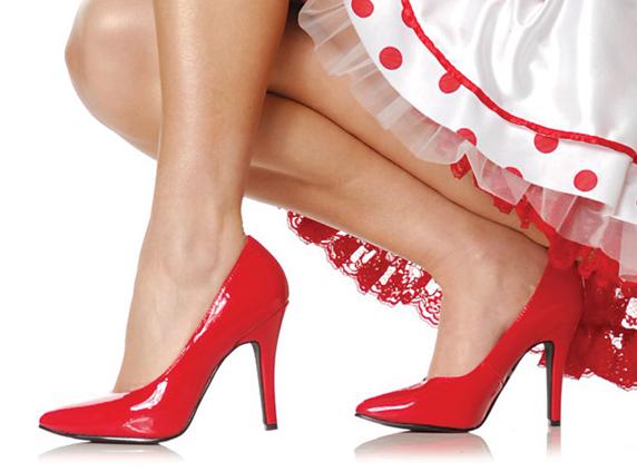 Девушка на высоких красных каблуках