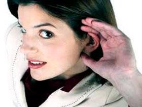 Девушка внимательно слушает