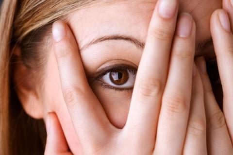 Девушка боится и закрывает руками лицо