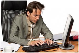 Человек за компьютером нервничает