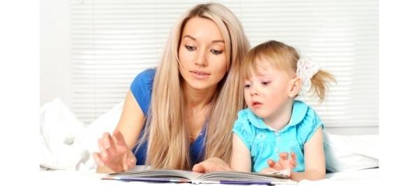Ребенок учится читать с мамой