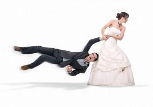 Невеста тащит за собой жениха