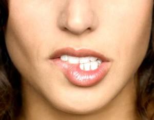 Девушка кусает губы
