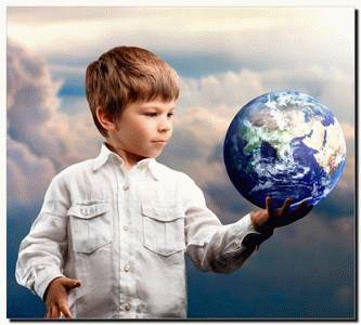 Мальчик держит в руках глобус