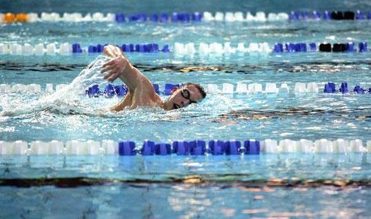 Плавание кролем в бассейне