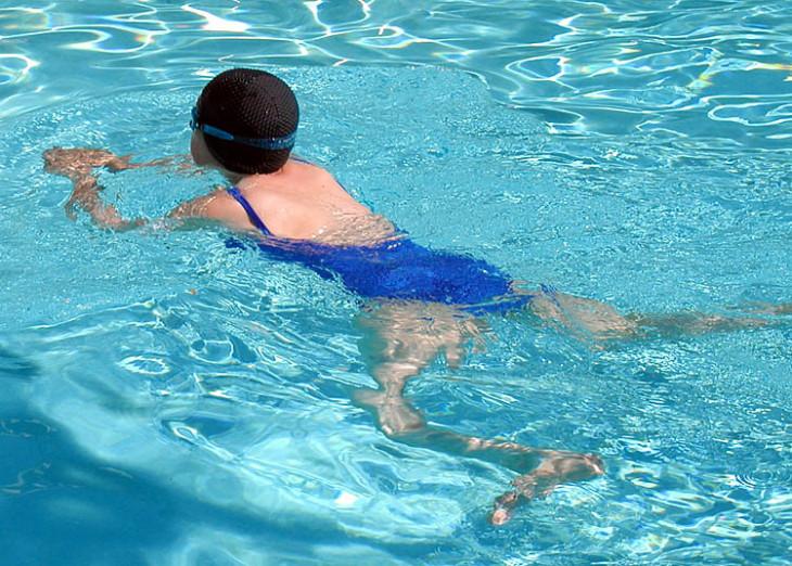 Пловец использует технику брассом