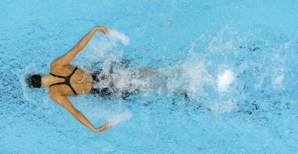 Девушка плывет стилем баттерфляй